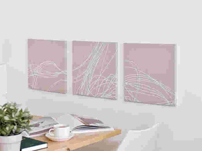 ファブリックパネルを3つ並べて飾っています。柄のつながりを意識して並べた飾り方にセンスを感じますね。同じ布を使うことで統一感が出しやすく、さらに淡いカラーを選ぶとナチュラルな印象に。