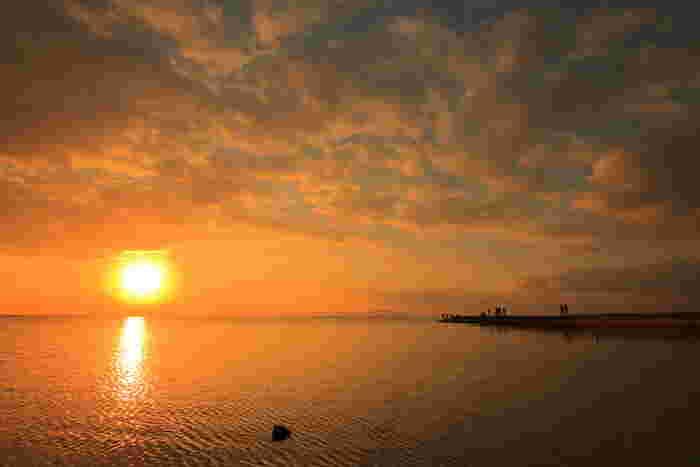 夕日の名所でもある西桟橋から臨む夕暮れの海は、傑出した美しさです。夕日を浴びて赤く染まった雲、沈みゆく太陽、太陽を映し出す夕暮れの海が織りなす景色は幻想的で、日中とは異なる魅力を漂わせています。