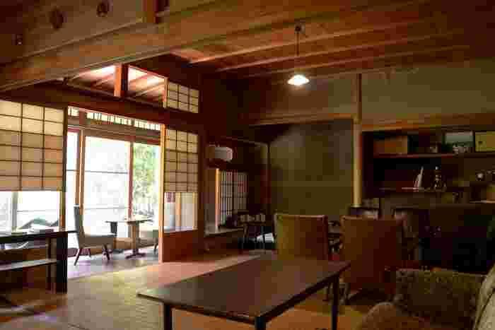 リノベーションなど一切行われていないという店内。使い慣らされた木の廊下、土壁や欄間、障子など随所に日本の美を感じさせます。「古く美しい建物に敬意を表し、自分が美しいと思うモノを配置した」という前オーナーの小田さん。古い家具や古道具、照明が和の部屋と見事に融合し、くつろげる空間になっています。  また、店内のどこの席に座っても庭が見えるように配慮されています。一番人気は、やはり庭がよく見える縁側の席だそう。