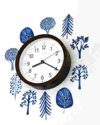 北欧風ツリーデザインのウォールステッカーは、殺風景になりがちな壁に遊び心を与えてくれます。剥がせるタイプの接着テープを使用しているため、壁を傷つけにくいのもメリット。こんな風に時計を囲むように貼っても素敵ですね。