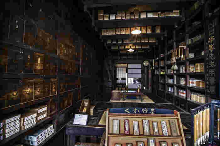 明治初期に創業した文具店「武居三省堂」の内部に入ると、作品のシーンが目に浮かびます。あの釜爺がクモのように長い手を動かして次々と薬草を取り出しているボイラー室のモデルになったと言われています。書道用品の卸や文具の小売りをしていた当時は、たくさんの引き出しにストックがしまわれていたんですね。