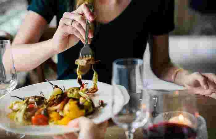 ジビエは家畜とは違い、厳しい自然環境の中で生きています。  栄養満点な天然の食事、そして日々、山野を駆け巡るジビエのお肉は脂肪が少なく引き締まっており、栄養価がとても高く、そして低脂肪・低カロリー。シカやイノシシのような赤身のお肉は、牛肉の約1/4のカロリーとも言われているんですよ。  そんな「罪悪感なく食べられる」という魅力が女性たちを惹きつけているのかもしれません。  ※画像はイメージです