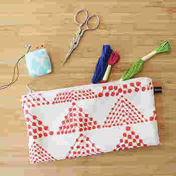 刺繍は、針と糸だけあればできる手軽さも魅力。布を固定する輪っか状の「刺繍枠」があるといいですね。音もしないので、夜中やすやすや眠るお子さまの隣でもできるもの嬉しい。