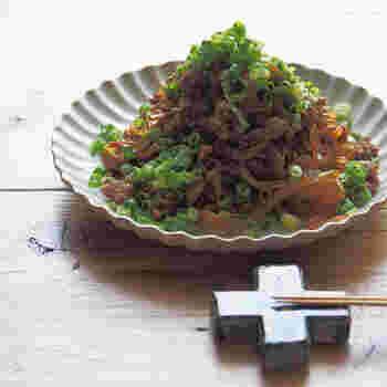 ツルツルと低カロリーのしらたきを麺にして、こってり甘辛味のひき肉を絡めていただく「ジャージャー麺」風のレシピ。小口ネギをたっぷり載せて彩りもよく頂きましょう。