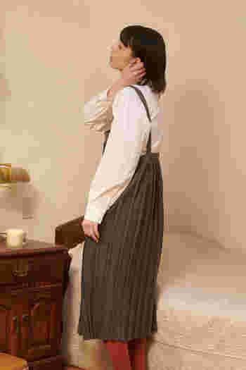 肩紐の長さは3段階で調節可能、ミドル〜ロング丈のワンピースとして使えます。また、インナーを替えるだけで季節問わず長く着られるので、今の時季はブラウス、冬はニットと合わせて着回しを楽しんで。