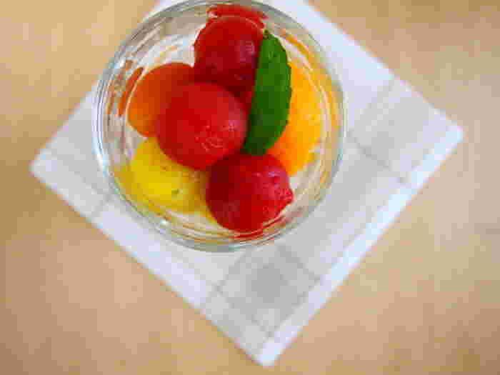 最近はカラフルなトマトが手軽に手に入るようになりました。トマトの水煮は季節の保存食ですが、はちみつとレモンで味付けするとデザート感覚で食べられます。おやつやデザート代わりに冷蔵庫に作り置きしておきたいレシピです。