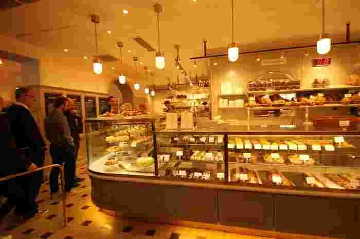 ショーケースにはケーキやクッキーなどの焼き菓子、パンなどがずらっと並び見ているだけでわくわくしてしまいます。