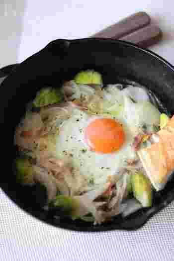 玉ねぎやキャベツをたくさん使った、朝からしっかりと野菜をとれる素ごもり卵です。パンのおかずでも、ご飯のおかずとしても合いますね。  こちらのレシピでは、春野菜である新玉ねぎ、芽キャベツを使用。野菜の甘みを感じられて、心がなごみますよ。  なかでも新玉ねぎの甘味はまろやかな卵とも相性が抜群。味付けは塩胡椒だけなので、ぜひ素材の旨味を味わってください。