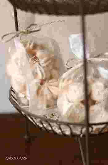 レモンの爽やかな風味がシュワッと広がる焼きメレンゲ。レモン風味は、レモンオイルでつけています。グラニュー糖は、製菓用の細かい粒のものを使うと、よりなめらかで艶やかな焼きメレンゲになるそうです。