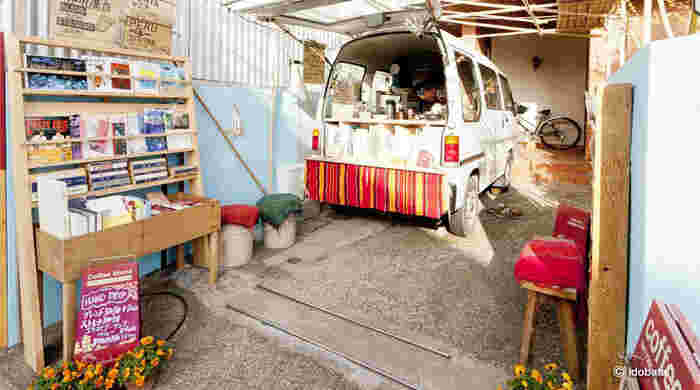 「idobata(イドバタ)」は移動式の珈琲スタンド。長谷駅改札口のすぐ傍で店を開いています。