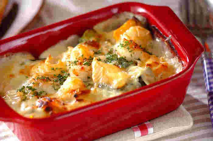 玉ねぎをソテーしてしんなりさせ、白ワインを加えてから小麦粉と牛乳で作るホワイトソースは、バターに小麦粉を加えて作る定番よりずっと楽ちん。ホタテとチーズの相性のよさはいうまでもなく、定番の玉ねぎの他にかぼちゃ、ブロッコリーと冬野菜がたっぷり。