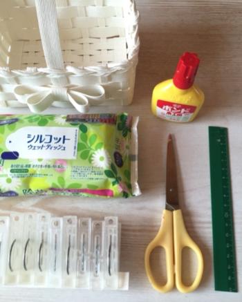 以下が基本の材料と道具です。マステや洗濯ばさみは作業中にクラフトバンドを固定するために使います。方眼ボードは、四角いかごなど縦横を整えるときに便利。ウェットティッシュがあると、ボンドがはみ出た際にきれいに拭き取れます。