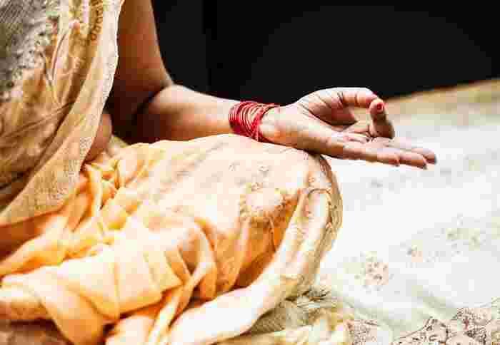数千年もの歴史をもつヨガのはじまりは諸説あり、いまだ謎のベールに包まれています。ここでは、ヨガ流派について少し触れていきましょう。  大きく分類すると、インドで最も多く行われている信愛のヨガ「バクティヨガ」、主に瞑想のヨガ「ラージャヨガ」、目の前の事に奉仕していく行動のヨガ「カルマヨガ」、哲学的なヨガの「ジニャーナヨガ」の4つになります。 この4つのヨガがさらに広がり、近代ヨガの根源となりました。  近代ヨガといえば、まずハタヨガ。ここから派生していき、アシュタンガヨガやアイアンガーヨガといった現代のヨガが出来上がってきたのです。ポーズに重きを置き始めたのは20世紀前半と言われ、それまでは瞑想や哲学的なヨガが主流だったとの説もあります。  アロマヨガやリラックスヨガなどは現代のハタヨガがベースになっていることが多いです。古来のヨガはなんだか遠い気がしますが、こうやって今でも伝えられ続けているのですね。