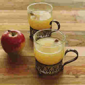 つくりやすい、100%ストレートのりんごジュースを使ったホットアップルサイダーのレシピです。レモンの酸味で飲みやすく、クローブとシナモンの香り豊かでスパイシーなホットドリンクです。