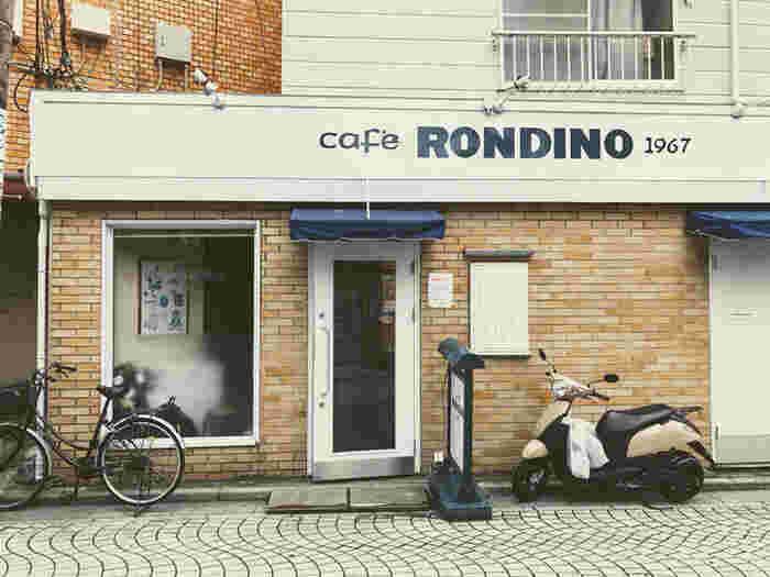 鎌倉駅西口、御成商店街の入り口に位置する地元民から愛され続けているノスタルジックなお店がこちらの「CAFE RONDINO」。