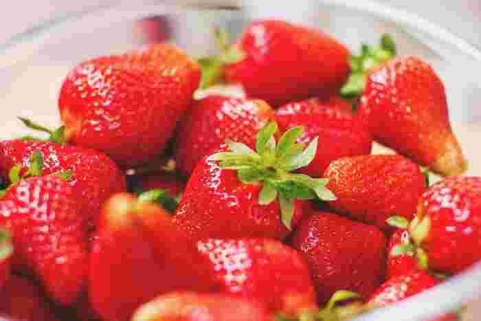 今の時期はたくさんの美味しそうなイチゴが店頭に並びます。真っ赤に輝く旬のイチゴは、見ているだけで春を感じられてワクワクしますよね。かわいい見た目だけでなく味はもちろんのこと、栄養価も高いのがイチゴの魅力です。