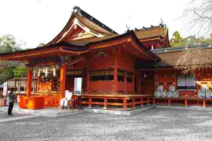 全国に1300社以上ある浅間神社の総本宮である、富士山本宮浅間大社。富士山をご神体としていて、天気が良ければダイナミックな富士山を間近で見ることができます。ご利益は火難消除、旅行安全など。