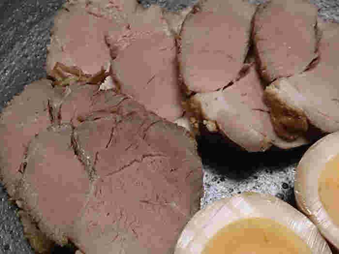 豚肩ロースなどのブロック肉をタコ糸でしばり、ねぎや生姜などとともに圧力鍋で20分ほど下茹でします。そして、ゆでた豚と調味料を鍋に入れ、半量くらいになるまで表裏を返しながら煮詰めます。一晩おくとより味がしみます。なお、ゆでた豚にフライパンで焼き色をつけ、タレをからめる方法もあります。