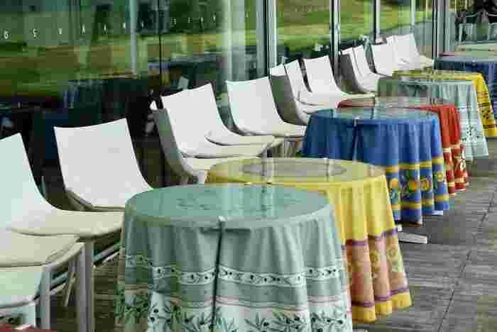 お天気の良い日は、テラス席もおすすめ。海風を感じながら過ごすひと時は、心も体もリフレッシュできそうですね。ワンちゃんの同伴もできるので、一緒にランチを楽しんでみませんか?