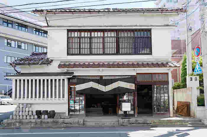 明治時代から続く、日本を代表する鋳物屋「釜定(かまさだ)」。その本店となる店舗&工房があるのが、この紺屋町です。  モダンなスキレット「イグ鍋」を生み出すなど、伝統工芸品・南部鉄器と名デザイナーとのコラボレーションアイテムも、注目を集めています。
