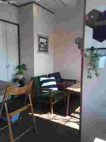 カフェスペースは、ゆったりとしていて居心地が良い空間。おいしいベーグルを食べながら、ここで一息つくのもおすすめです。