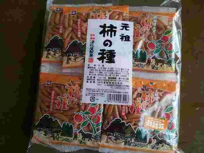 米どころの新潟のお土産といえば、お煎餅やおかき、あられなど米菓が人気です。こちらの「元祖 柿の種」にはピーナッツが入っておらず、もち米の風味豊かな味わいの柿の種を存分に味わえます。小分けになっていると配るのに便利ですね。(※画像は「浪花屋製菓株式会社」の情報から) また、柿の種にチョコレートをコーティングした「柿チョコ」も人気。甘しょっぱい味付けは止まらなくなると評判です。