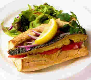 サバはコクがあり、普通のサンドイッチよりもボリューム感があります。しっかり食べたという満足感があるので、元気をチャージしたいときなどにもおすすめです。自分流に調味料や具のアレンジをしてみるのも面白いですよ。