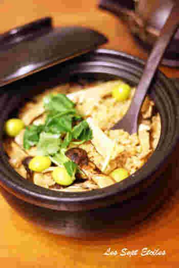 松茸ごはんはとても贅沢な風味を堪能できる特別な炊き込みご飯です。銀杏と三つ葉もたっぷり添えると、よりゴージャスな雰囲気に仕上がります。