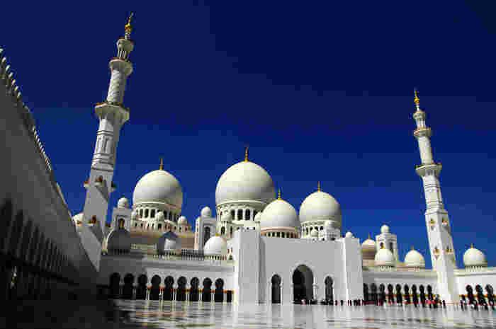 アラブ首長国連邦の7つの首長国のうちの一つ、アブダビの首都、アブダビ市。美しいペルシャ湾の海と沖合の島々、そして内陸には国土の約75%を占める砂漠が広がっています。