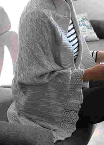 立体的な編み柄が連なるアラン柄のブランケットは、家だけで使うのはもったいない美しさ。独自の技術で紡績されたフェザーコットンは空気をたっぷり含んで暖か。秋口から真冬、春先まで活躍します。