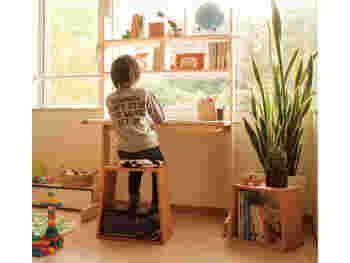 ご覧の通り、デザインも秀逸で、窓辺においてもスッキリ洗練された印象。  引越しが多いご家庭では、移動が大変は大物家具はなかなか購入に踏み切りにくく、とりあえずのもので間に合わせがちですが、このデスクならお子さんの成長にマッチした機能性と可動性を両立できますね。