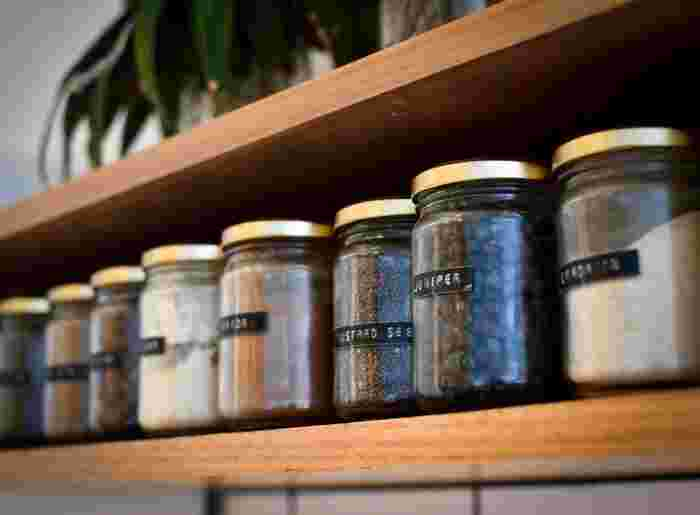 トリュフ塩は、高温多湿を避ければ常温で保存可能です。しっかりと密閉できる瓶などの容器に入れましょう。長めに保存したいなら冷蔵庫で保存するのがおすすめですが、匂い移りには気を付けてください。