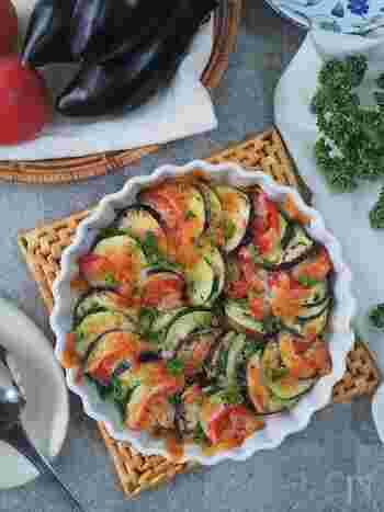 見た目が美しい!彩り野菜のチーズ焼きです。野菜の並べ方を工夫するだけで映える料理に大変身!野菜は火の通りがよくなるよう、5㎜幅くらいの薄めの大きさに切るのがポイントなのだそう。ハーブソルトや塩の代わりに、ベーコンでアレンジしても、うま味がアップします♪