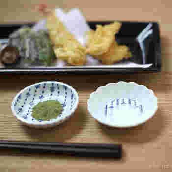 天ぷらに添える、白と抹茶塩。同じ東屋の印判豆皿ですが、かたちの違うものをふたつ並べるのが素敵♪