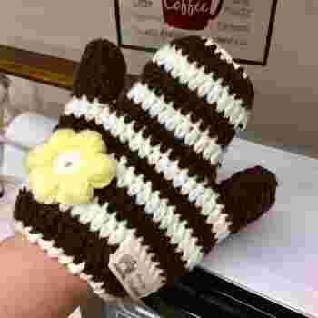 アクリル毛糸で作るハンディモップ。手は、微妙な力加減ができるので、ものによってタッチを優しくしたり調節ができるのがいいですね。手袋のような可愛らしさで、壁に掛けておくのも素敵。