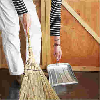 フローリングにこそ使いたい!昔ながらの「箒(ほうき)」でキレイを楽しむお掃除術♪