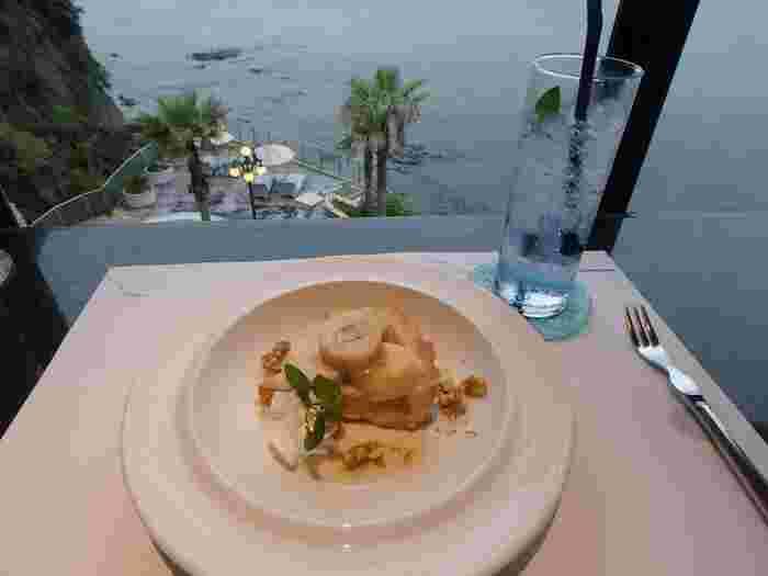 豊かな自然と、温泉の癒し効果が楽しめる江ノ島温泉。レストランなどの施設も充実しています。こちらからの眺めも素晴らしいですよ。