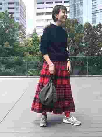切り返しがあるのでボリュームもあるとっても可愛いタータンチェックのスカートは、スカート自体に存在感があるので他はシンプルにまとめましょう。