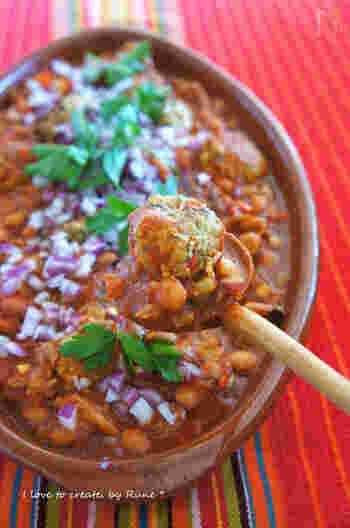 「チリコンカン」とも呼ばれる料理。メキシコから独立し、アメリカに併合されたテキサス州南部で生まれた料理、とされる説があり、テキサス州は「州の料理」に指定しているそう。挽き肉と豆などをチリとトマトで煮込んだスパイシーな煮込み料理は、夏バテ回復にぴったりです。