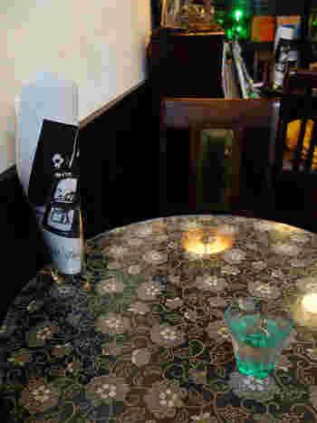 テーブルクロスに、レトロな雰囲気の柄を取り入れてみても。その柄の雰囲気にあった、テーブル小物をセッティングすれば、お店にいるような気持ちを楽しめます。  また、「材質が木製ではない」「ダークブラウンの色でもない」など、目指すお部屋の雰囲気に合わないテーブルがある場合。クロスを取り入れるだけで、買い換えずにイメージチェンジできますね。