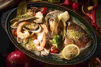 「スペシャルシーフードプレート」は、魚介と野菜がふんだんに盛られた海鮮料理です。2~3人前の量なので、数名で取り分けてお料理をいただいてみるのもおすすめです。