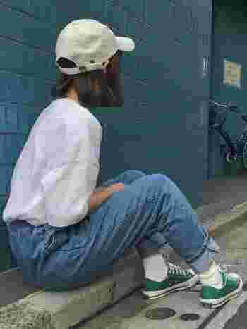 スポーティーなグリーンのコンバースも、白ソックスで女の子らしく。また定番の白シャツ×デニムコーデでも、ありきたりになりません。