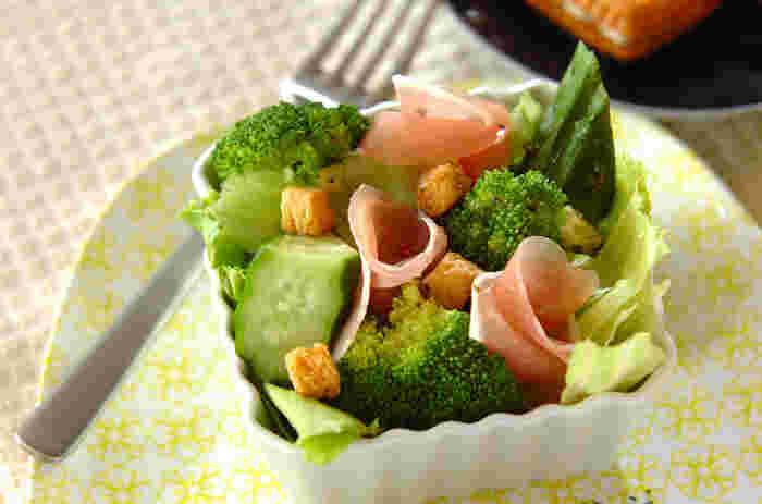 こちらは普通のサラダに生ハムを入れたおもてなしサラダ。生ハムが入るとぐんと華やかなサラダに。お料理が苦手な方にも作れる超簡単サラダです。