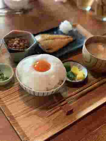 ここヨリドコロの名物といえばこのふわふわの卵かけご飯と肉厚で美味しい干物がついた干物定食です。インスタ映え間違いなしの朝ごはんは食べる価値ありですよ。