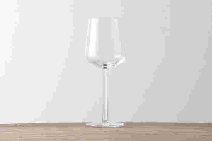 iittala(イッタラ)のEssenceレッドワインは、ワインに造詣の深いデザイナーのアルフレッド・ハベリが、ワインの味や香りを楽しむために試行錯誤してできた、まさにワインのためのグラス。柄の部分は先(上)に行くほど細くなっていくこだわりのデザインです。