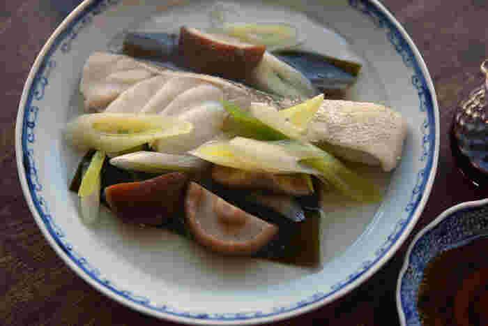 丁寧に行程が説明されている、覚えておきたい白身魚の基本レシピ。フライパンで手軽に酒蒸しにした、冬らしい一皿。お鍋に入れても美味しいタラは、特に相性が良さそうです。昆布を使ったシンプルな味付けで、旬のネギの甘さを引き立ててくれますよ。