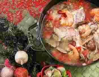 甘い香りが魅力的はフェンネルは、魚の臭みを消してくれるので魚介類を使ったお料理にぴったり。海の幸が豊富なイタリア、ギリシャ、スペインなどでたべられる地中海料理では良く使われています。お野菜と魚介類の割合が多い地中海料理は、和食の様に健康的なお料理として注目されているので、上手にお家のメニューに取り入れられると良いですね。