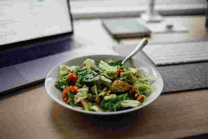 料理が苦手な方なら、「毎週金曜日はサラダの日」のように同じレシピを作るようにすると、続けやすくなるのではないでしょうか?サラダなら簡単ですし、何より野菜不足を解消できる絶好のチャンスにもなります。もちろんサラダじゃなくでもいいんです!自分のお好きなレシピを1つでいいので見つけて、レシピを見ないで作れるようになっておけば、毎回レシピサイトやレシピ本で確認する手間も省けます。