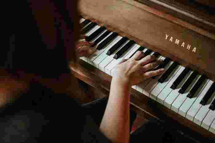 エッセイストとしても活躍するシンガーソングライター寺尾沙穂。温かみのあるピアノのメロディーや美しい歌詞は、心地よい風のようで、すべてを洗い流してくれます。