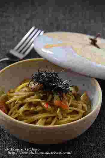 ズワイガニや毛蟹は、かに味噌がおいしいのも魅力。かに味噌の甲羅焼きなどもおいしいですが、写真のようなパスタで楽しむのもいいアイデアです。